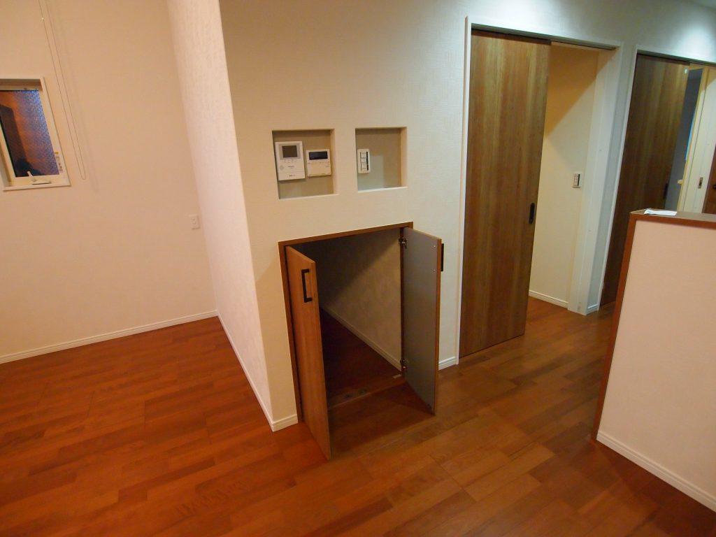 階段下収納 ニッチ 扉枠