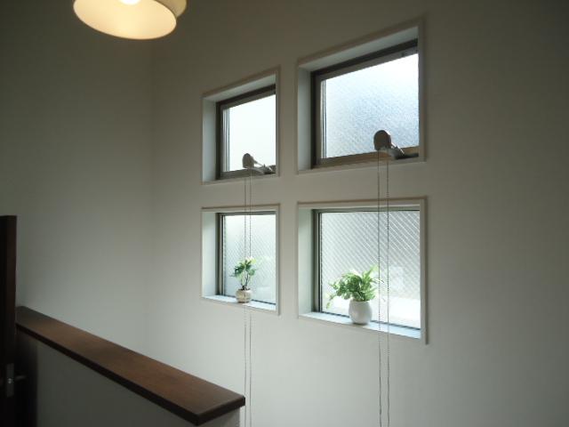 廊下窓 階段室窓
