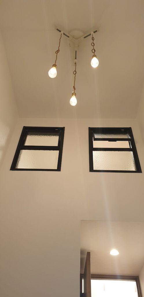 室内窓 玄関 吹抜 ペンダント照明
